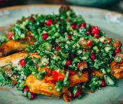 Graines Précieuses - Salade au filet de poulet grillé, quinoa riche en herbes fraîches et belles tomates cerises..