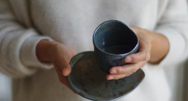 Atelier Eva Dejeanty - Service de Vaisselle en Céramique (Grès) : 4 Tasses et Sous-Tasses Modèle Cellule Taille XS