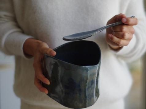 Atelier Eva Dejeanty - Service de Vaisselle en Céramique (grès) : Saladier Taille M et sa Cuillère modèle Cellule