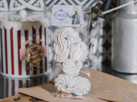 """Le Petit Atelier - """"les Recettes Secrètes De Stanislas"""" Meringues Aux Fleurs De Roses Et De Bleuets"""