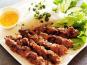 Aquaprawna Traiteur - Brochettes De Porc Grillé Accompagné De Cheveux D'ange, Salade Et Sauce